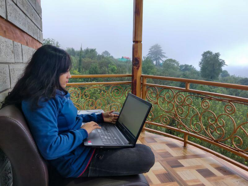 woman traveling as a virtual assistant digital nomad